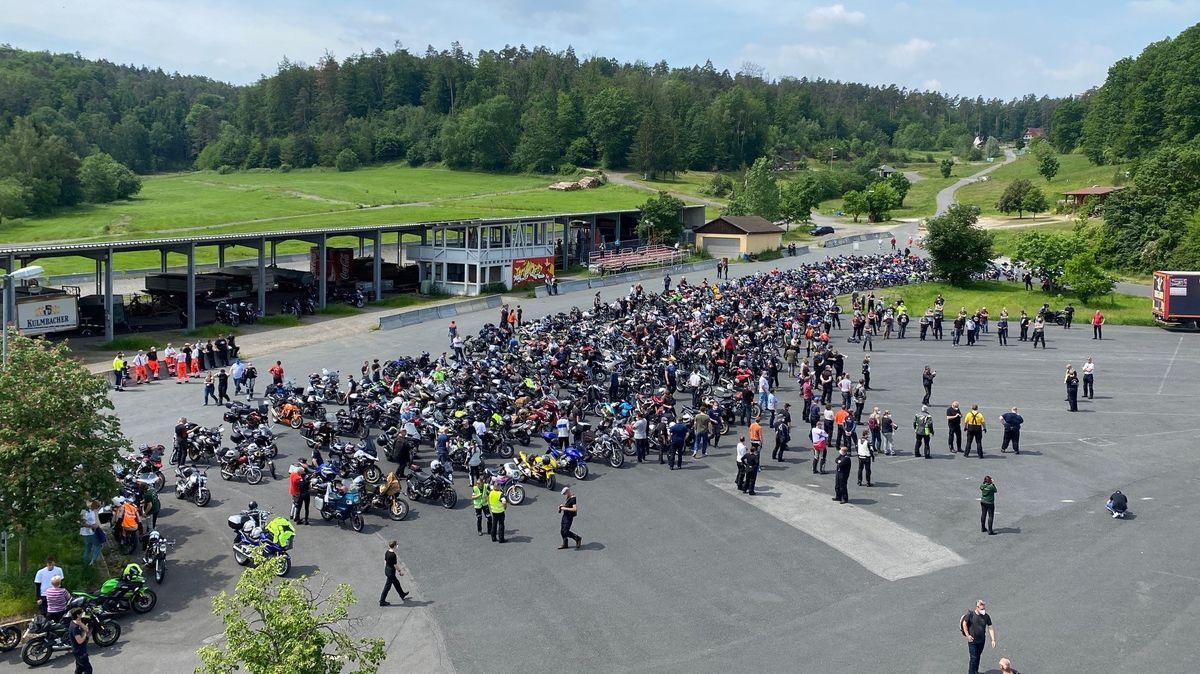 Motorrad-Demonstration für Depressionshilfe am Startpunkt in Würzburg.
