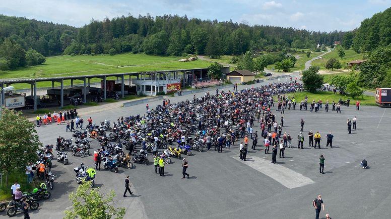 Motorrad-Demonstration für Depressionshilfe am Startpunkt in Würzburg. | Bild:BR/ Björn Möller