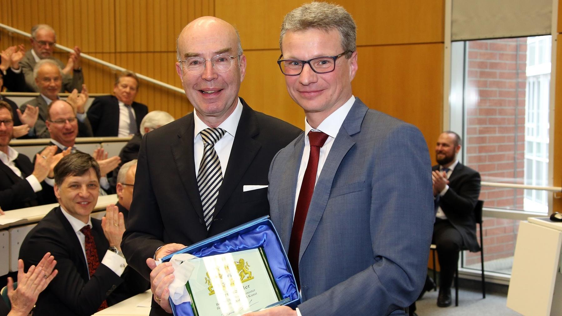 Wissenschaftsminister Bernd Sibler gratuliert Professor Michael Nerlich zu seiner Karriere