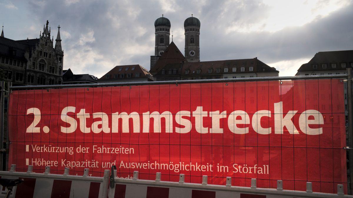 Der rote Sichtschutz einer Baustelle für die zweite Stammstrecke der Münchner S-Bahn.