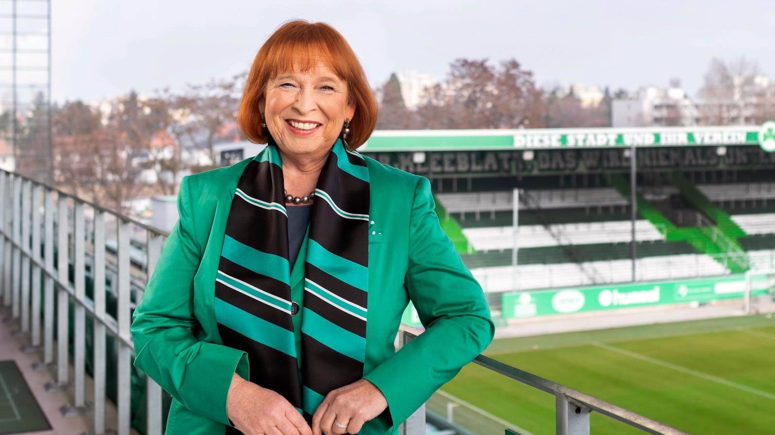 Ingrid Hofmann in Vereinsfarben im Stadion