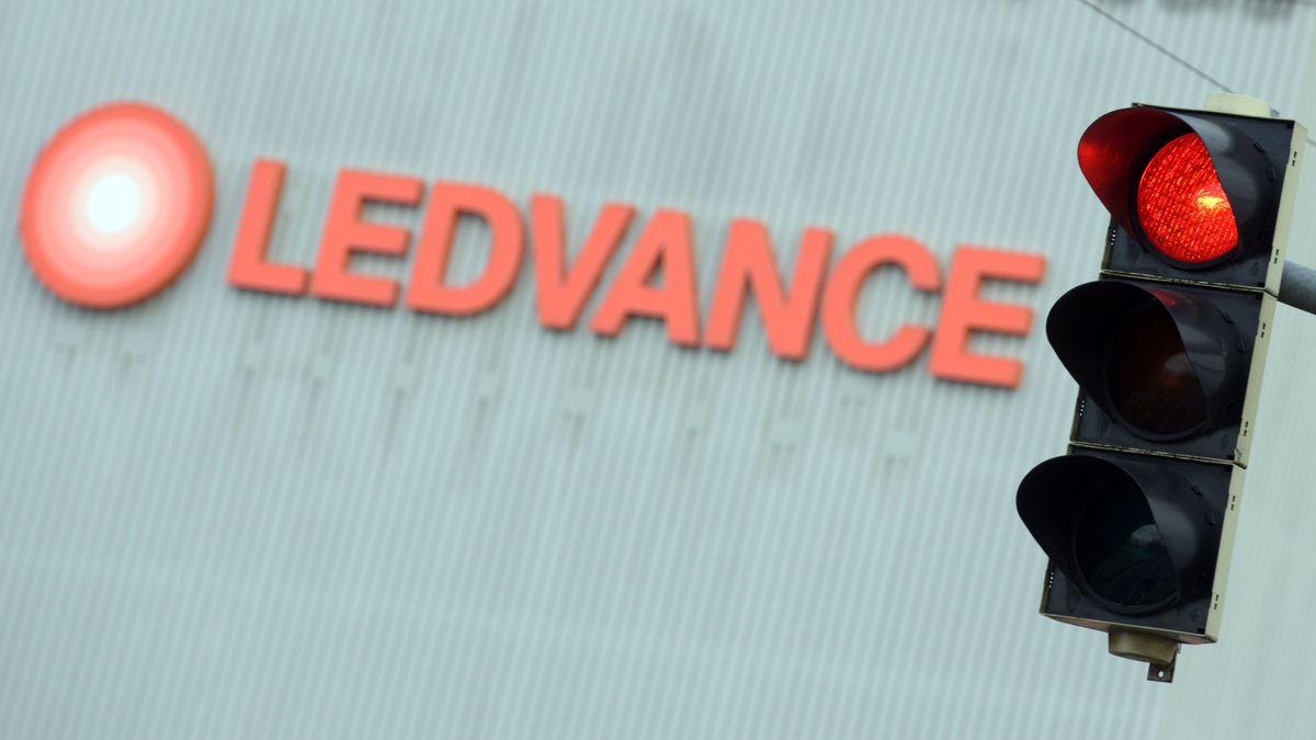 Eine rote Ampel steht vor dem Werk von Ledvance.