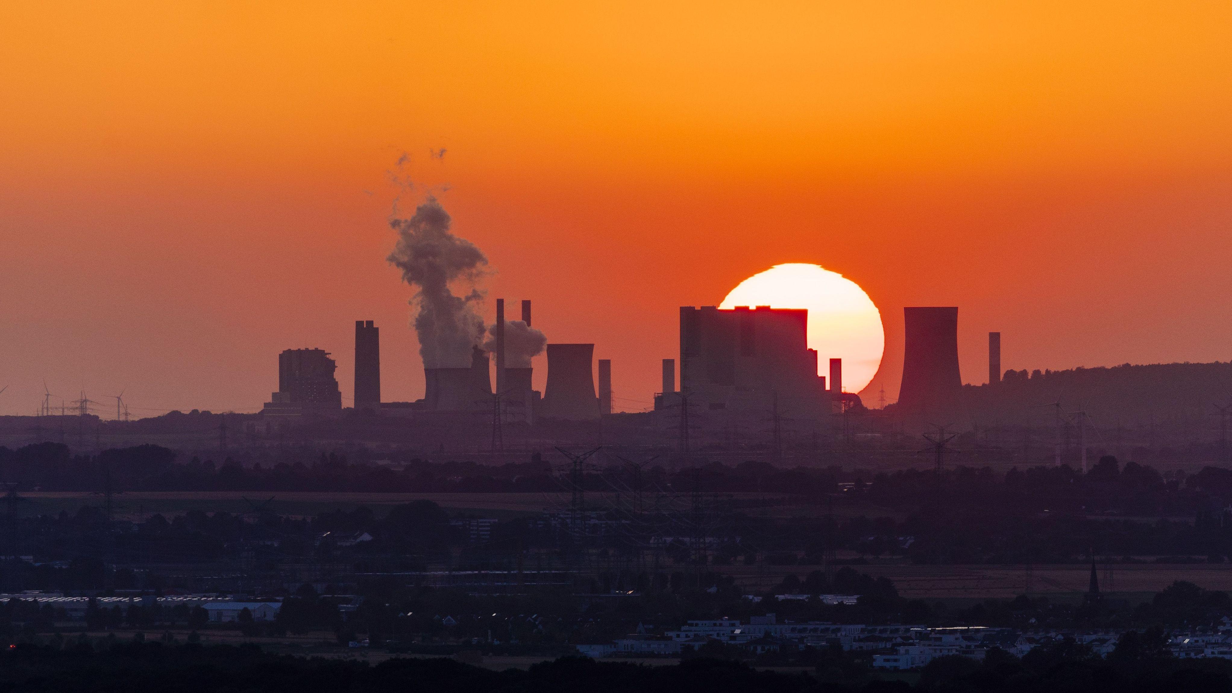 Kraftwerk vor tief stehender Sonne