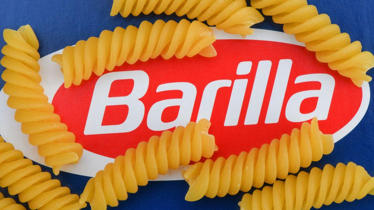 Nudeln der Marke Barilla leigen auf einer Verpackung.