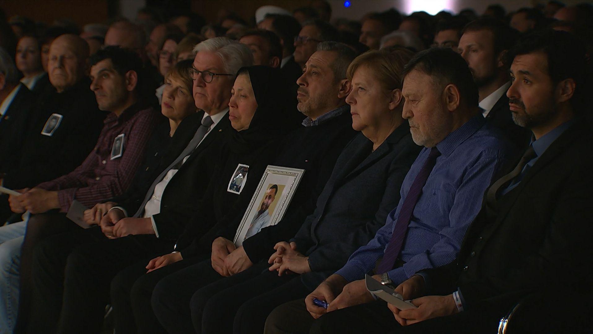 Geladene Gäste bei der Trauerfeier in Hanau, darunter Bundeskanzlerin Angela Merkel und Bundespräsident Frank-Walter Steinmeier.