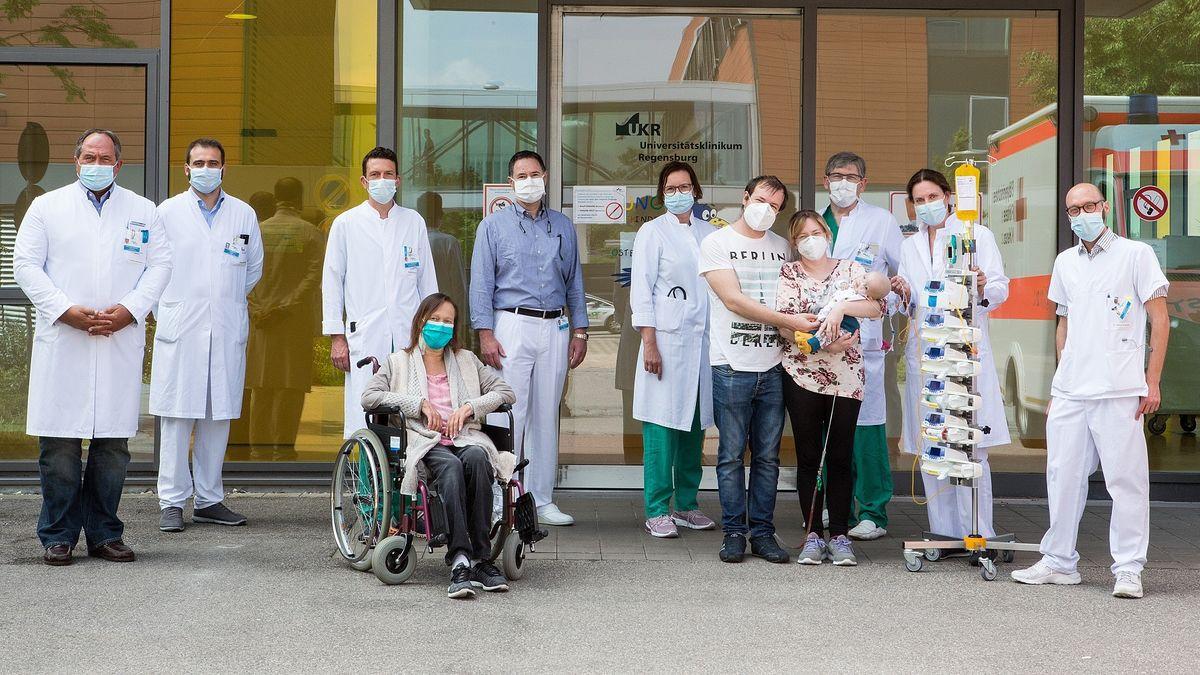 Das interdisziplinäre Team, bestehend aus Chirurgie, Anästhesisten, Internisten und Pädiatern zusammen mit den beiden transplantierten Patienten.