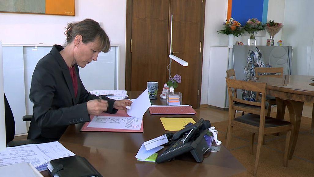 Frankens einzige Oberbürgermeisterin an ihrem Schreibtisch