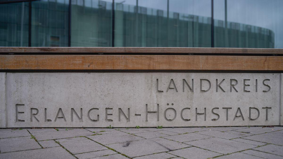 """Betonmauer am Landratsamt mit der Aufschrift """"Landkreis Erlangen-Höchstadt""""."""