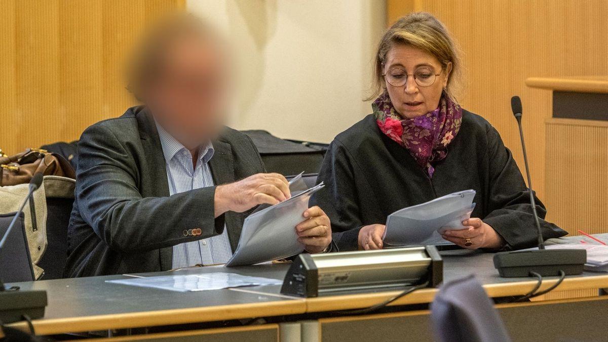 Der Angeklagte mit Anwältin