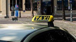 Zu sehen ist ein gelbes Schild mit der Aufschrift Taxi auf dem Dach eines Wagens | Bild:BR