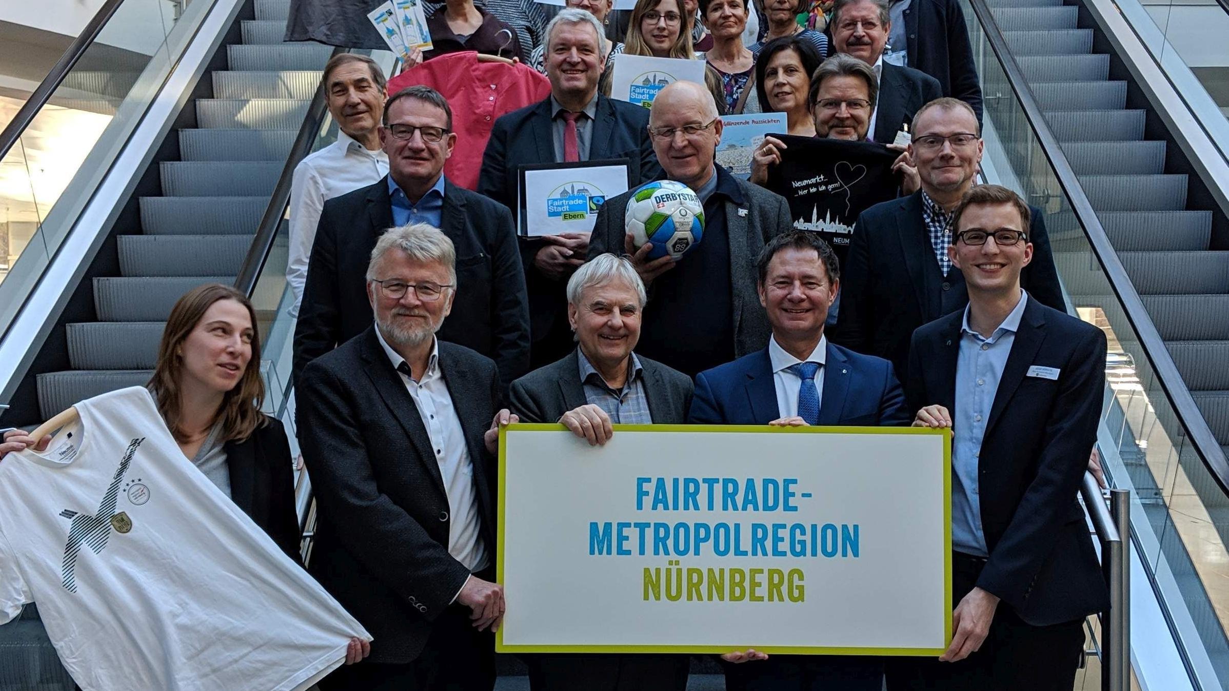 Übergabe der Urkunde zur Fairtrade-Region