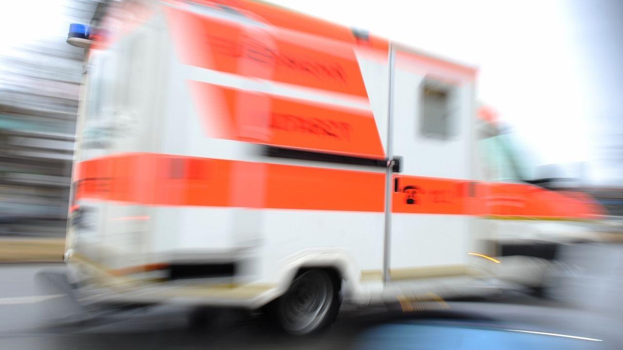 Ein Rettungswagen fährt durch eine Stadt (Symbolbild)