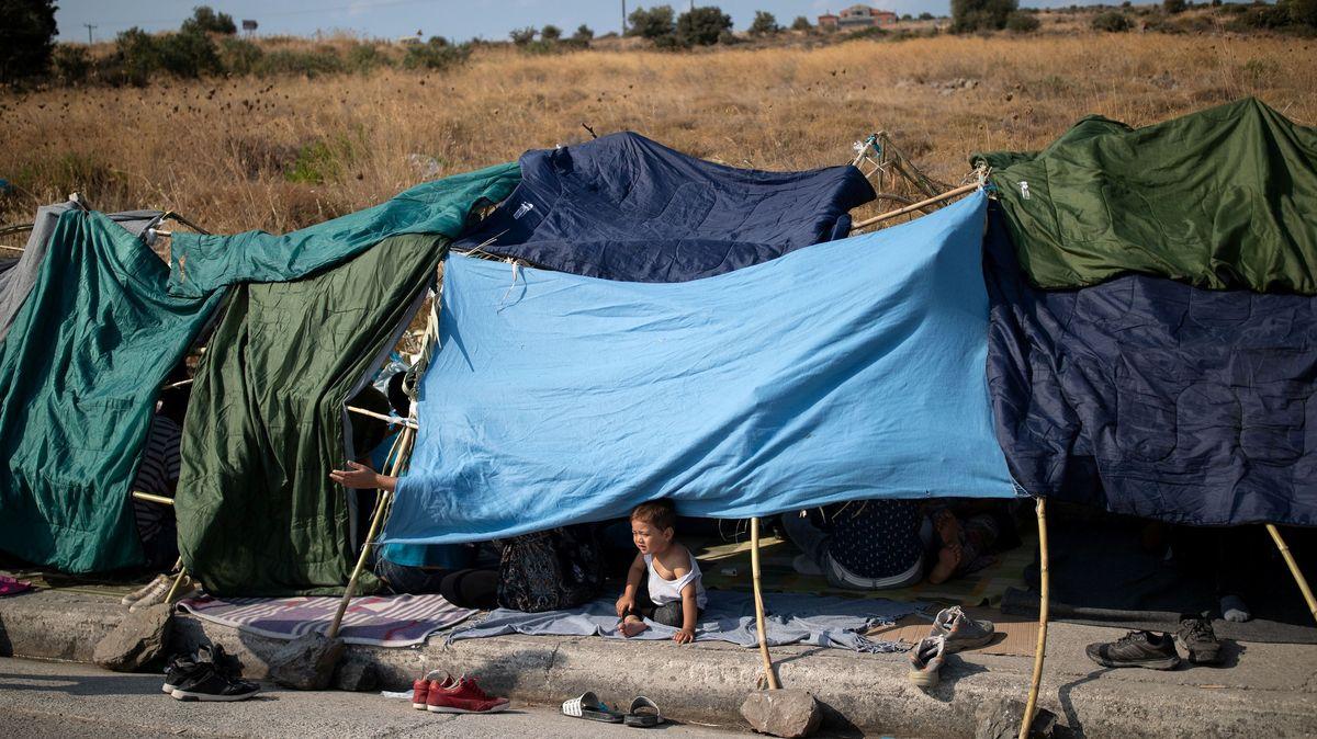 Flüchtlinge campieren am Straßenrand nach dem Brand in Moria auf Lesbos