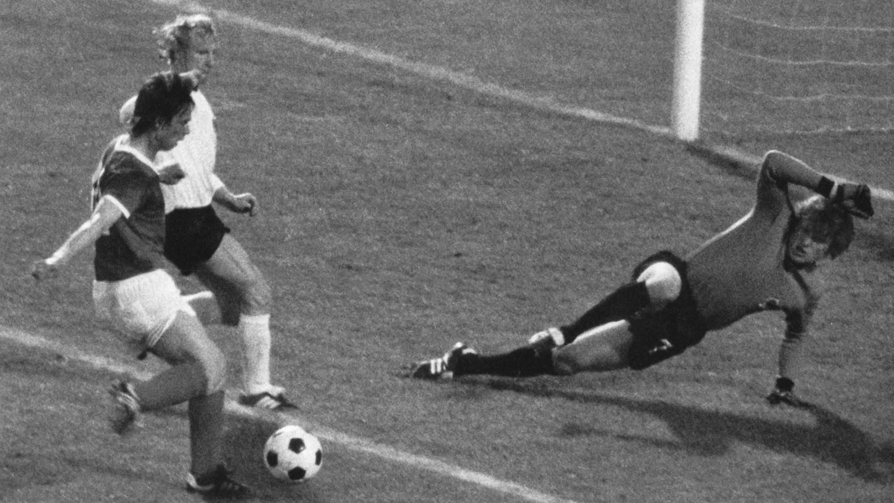 Jürgen Sparwasser trifft bei der Fußball-WM 1974 zum 1:0 für die DDR gegen die BRD