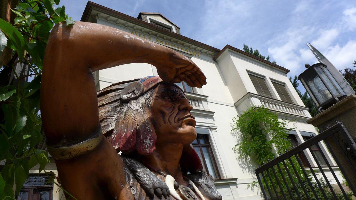 Karl-May-Museum in Radebeul mit einer Indianer-Figur
