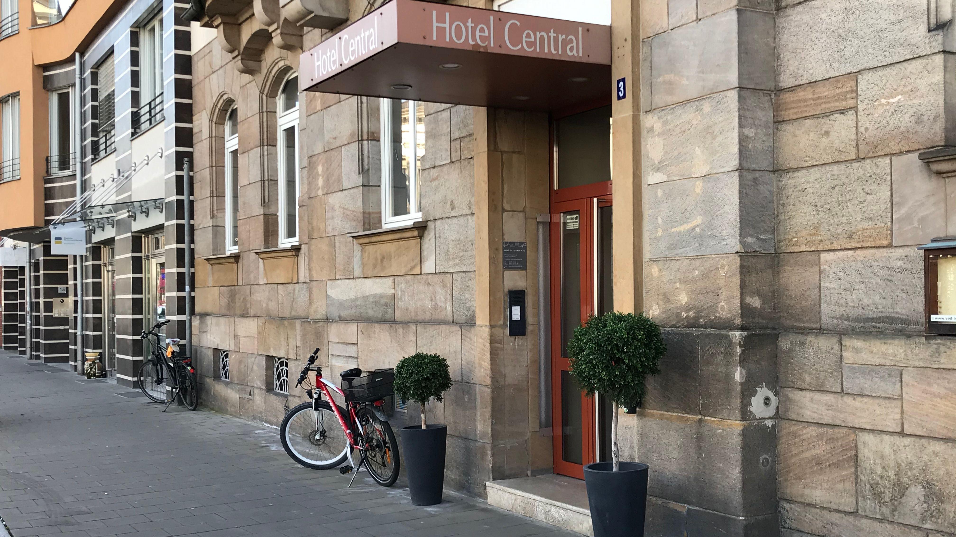 Ein Hotelgebäude von außen