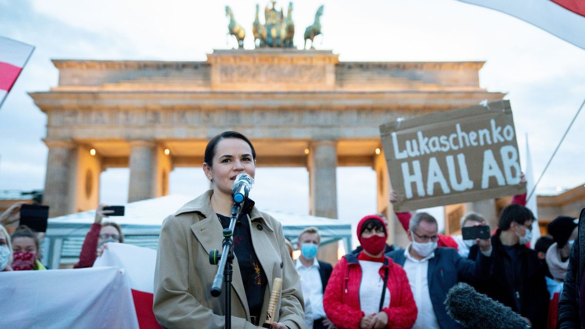 Die belarussische Oppositionsführerin Swetlana Tichanowskaja hält vor Anhängern am Brandenburger Tor eine Rede