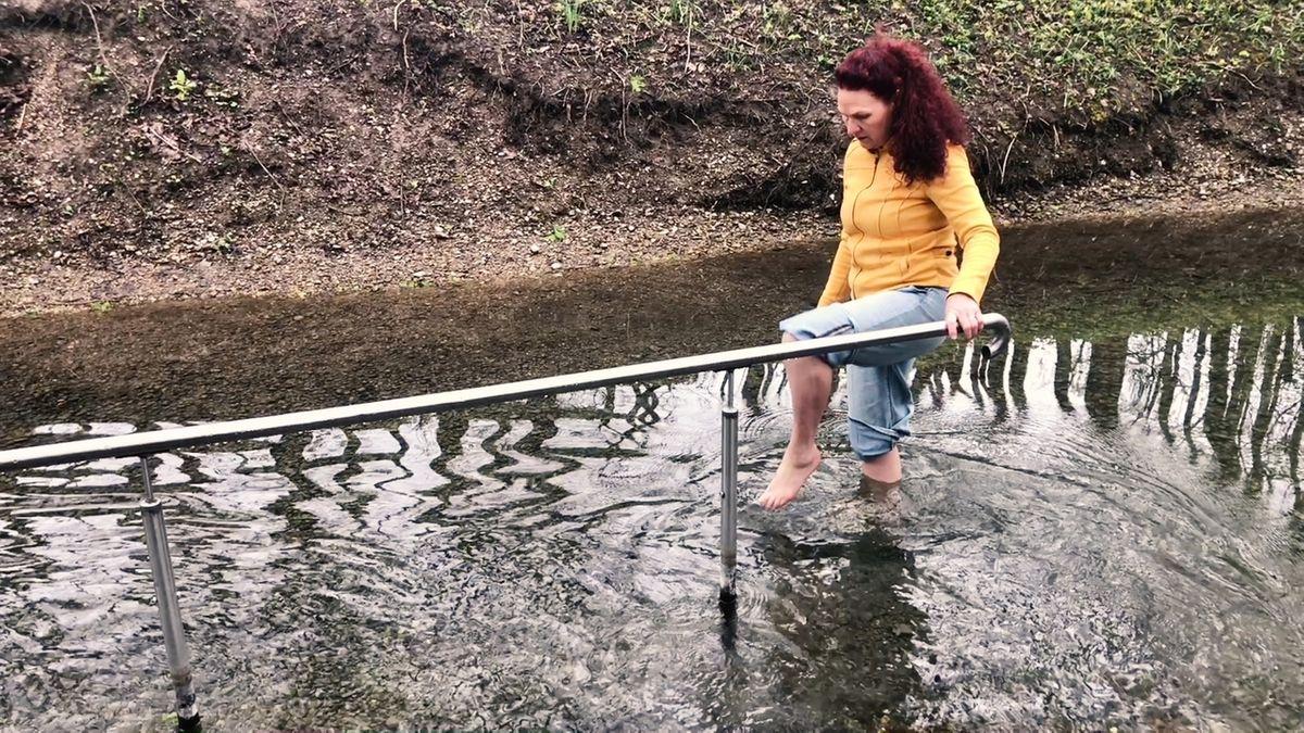 Die Dillinger Kneippvereinsvorsitzende Erika Schweizer beim Wassertreten in der Dillinger Naturkneippanlage