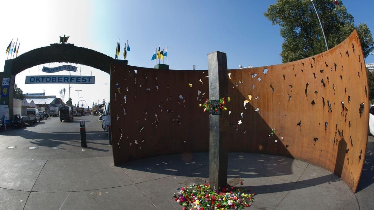 Denkmal des Oktoberfest-Attentats am Eingang des Theresienwiese-Festplatzes in München