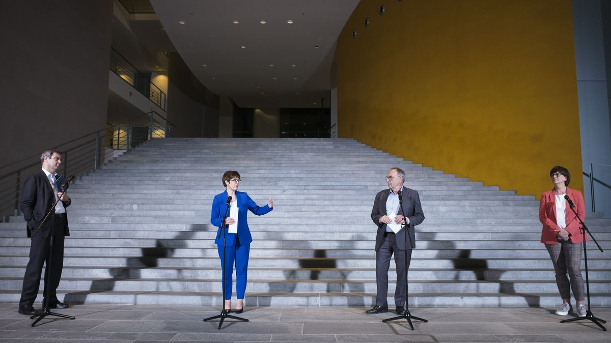 Markus Söder (CSU, l-r), Ministerpräsident von Bayern, Annegret Kramp-Karrenbauer, Vorsitzende der CDU, Norbert Walter-Borjans, Vorsitzender der SPD, und Saskia Esken, Vorsitzende der SPD, sprechen vor Kanzleramt.