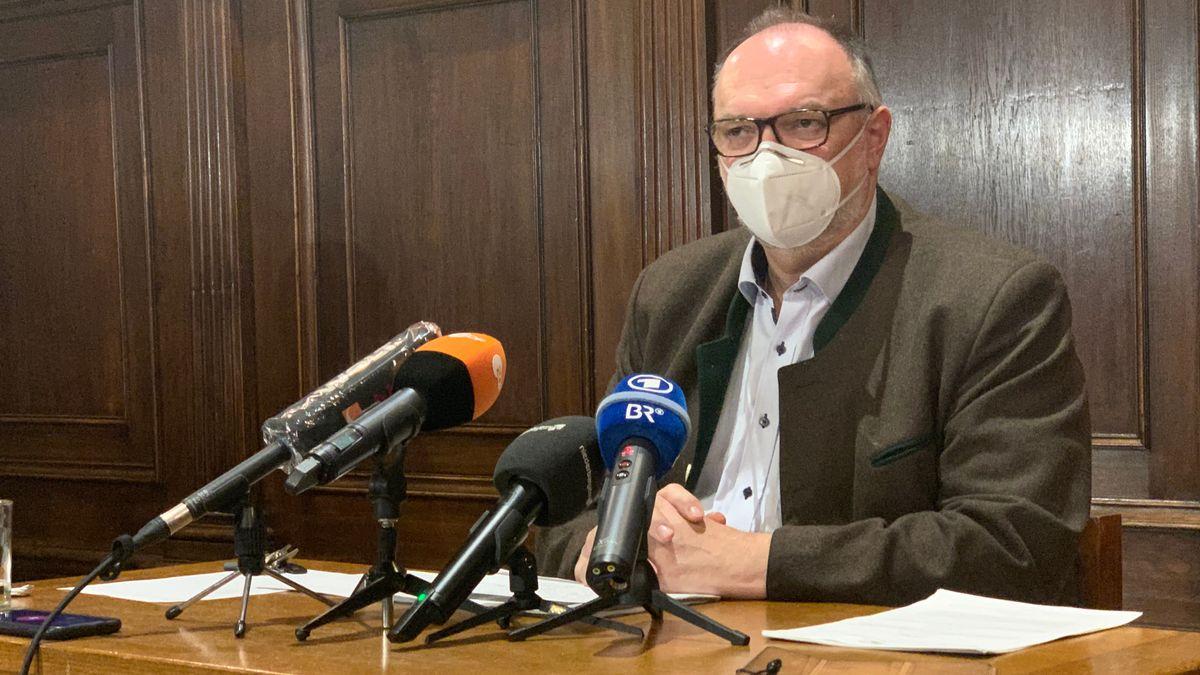 Passaus Oberbürgermeister Jürgen Dupper bei der Pressekonferenz am Montag