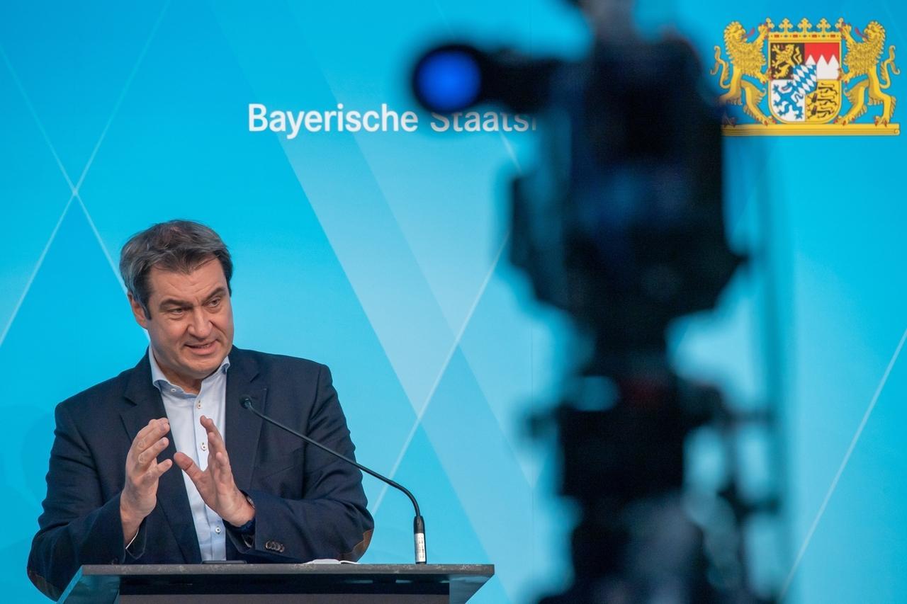 30.03.2021, Bayern, München: Markus Söder (CSU), Ministerpräsident von Bayern, nimmt nach dem Bayerischer Corona-Impfgipfel an der abschließenden Pressekonferenz teil. Die Staatsregierung hat zuvor mit Vertretern von Landkreistag, Städtetag, der Vereinigung bayerischer Wirtschaft und Hausärzten beraten, wie die Impfungen gegen das Coronavirus schneller möglich werden kann. Foto: Peter Kneffel/dpa +++ dpa-Bildfunk +++