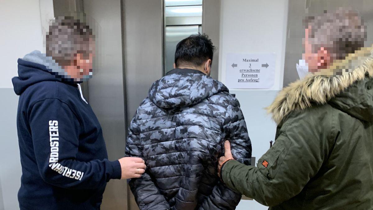 Beamte der Bundespolizei Dortmund mit dem festgenommenen Mann.