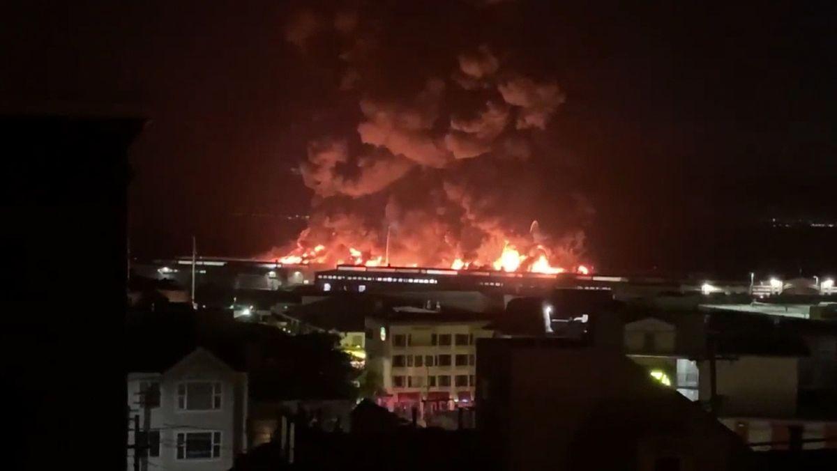 Großbrand auf Pier in San Francisco