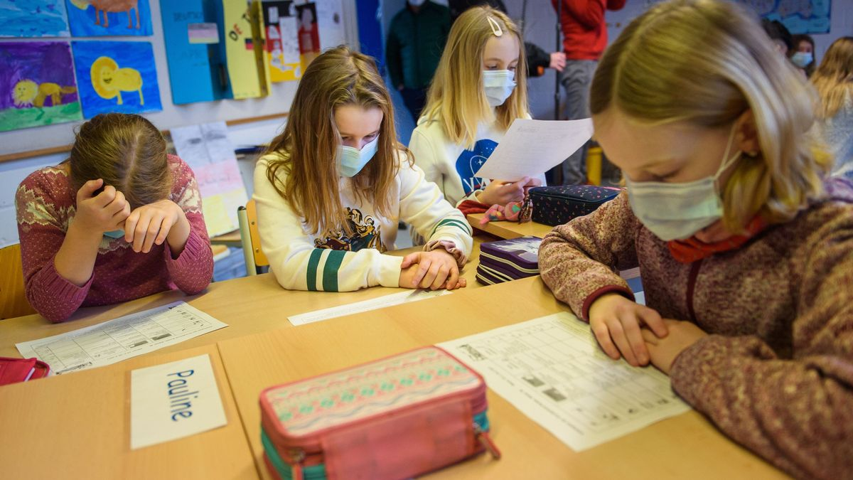 Kinder mit Maske im Unterricht