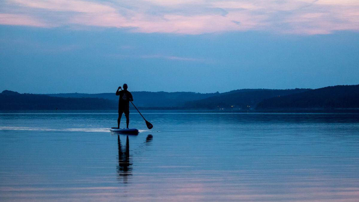 Stand-up-Paddling hat als Trendsportart längst die bayerischen Seen erreicht - gern gesehen ist es jedoch nicht überall.