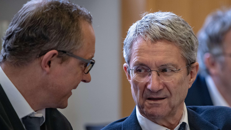 Volker Tretzel (r.), Bauunternehmer, spricht im Verhandlungssaal des Landgerichts mit seinem Verteidiger Jörg Meyer.