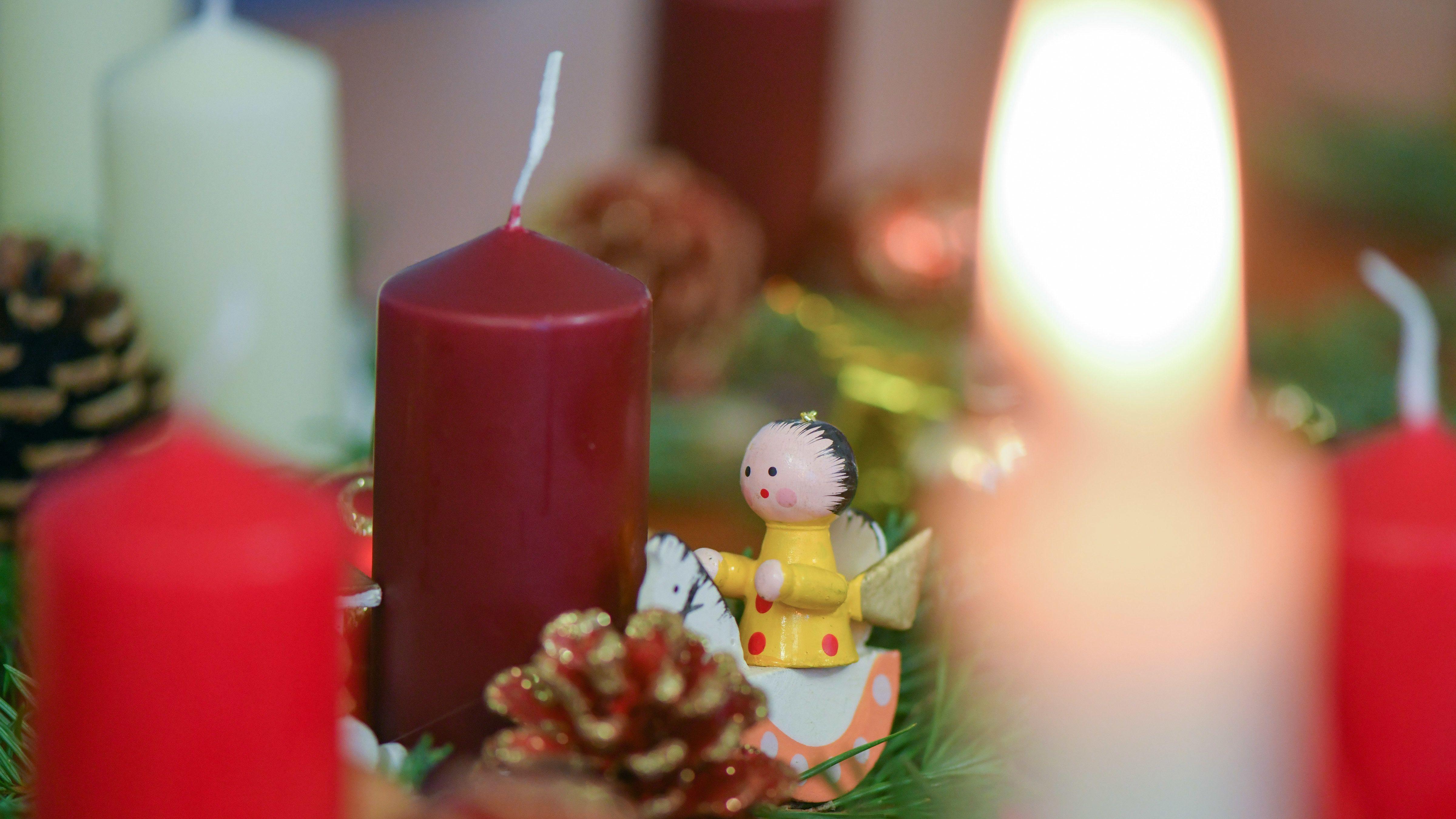 Ein Weihnachtsgesteck auf einem Tisch (Symbolbild)