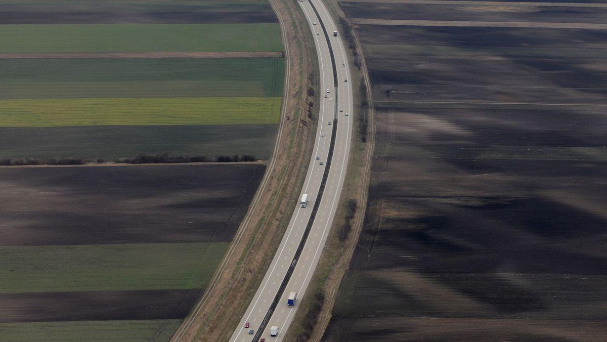 Die Luftaufnahme zeigt die A92 nahe Landshut