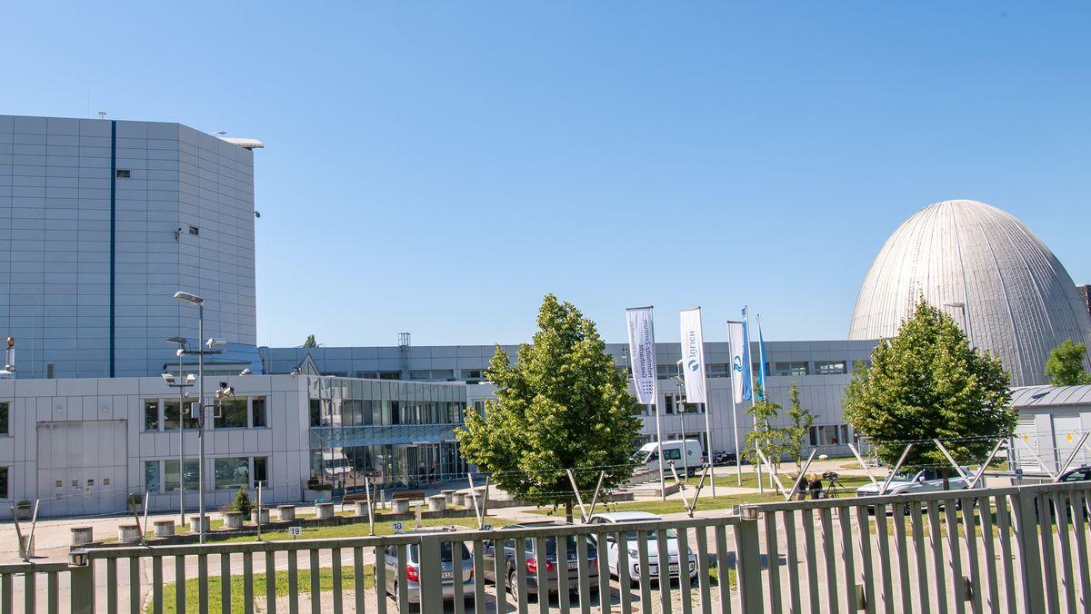 Der Forschungsreaktor München II (FRM II, links) und der abgeschaltete Forschungsreaktor München (FRM, rechts) stehen auf dem Gelände der Technischen Universität München (TUM) in Garching.