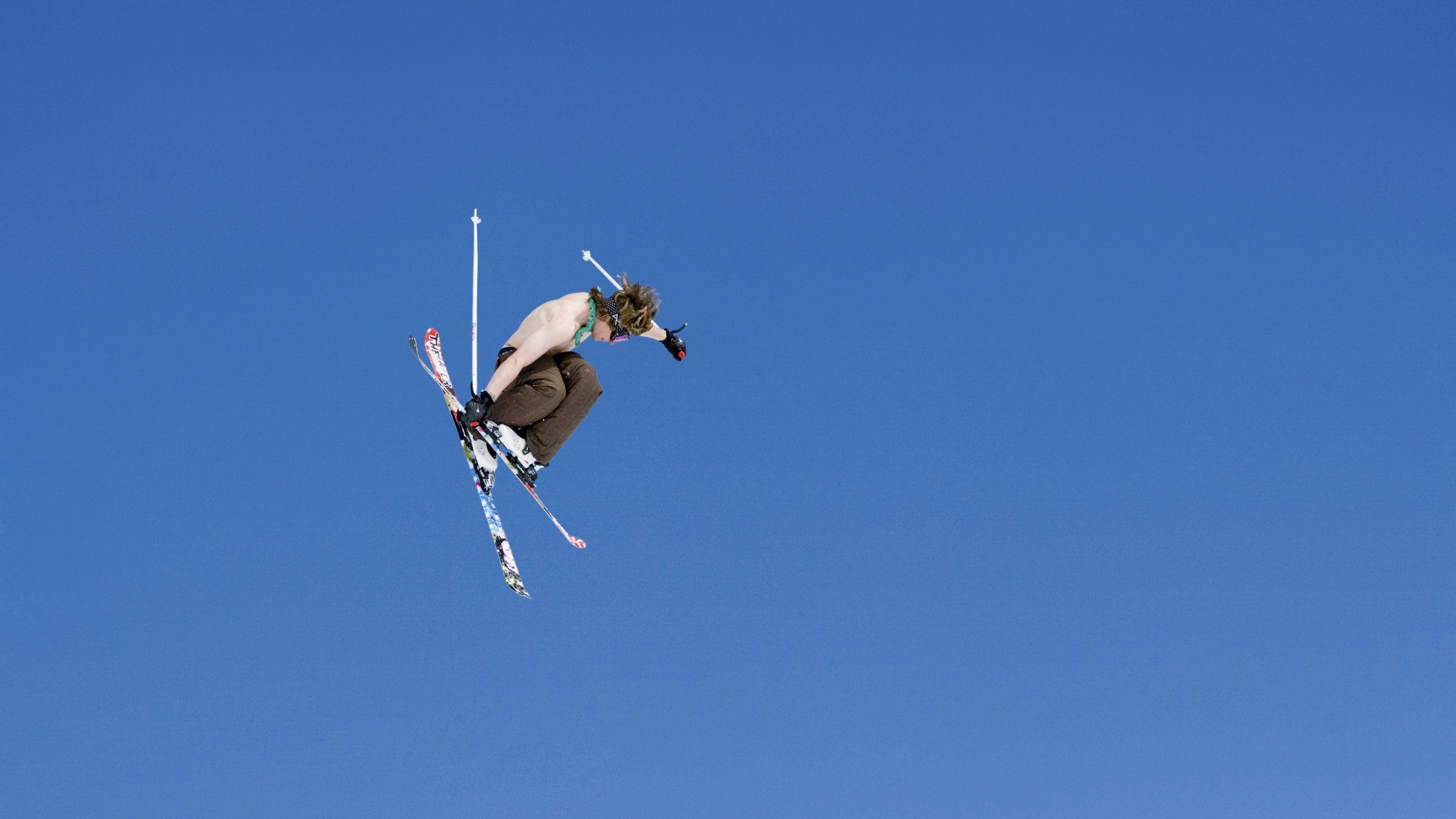 Symbolbild: Ein Freestyle Skiprofi bei einem Sprung.
