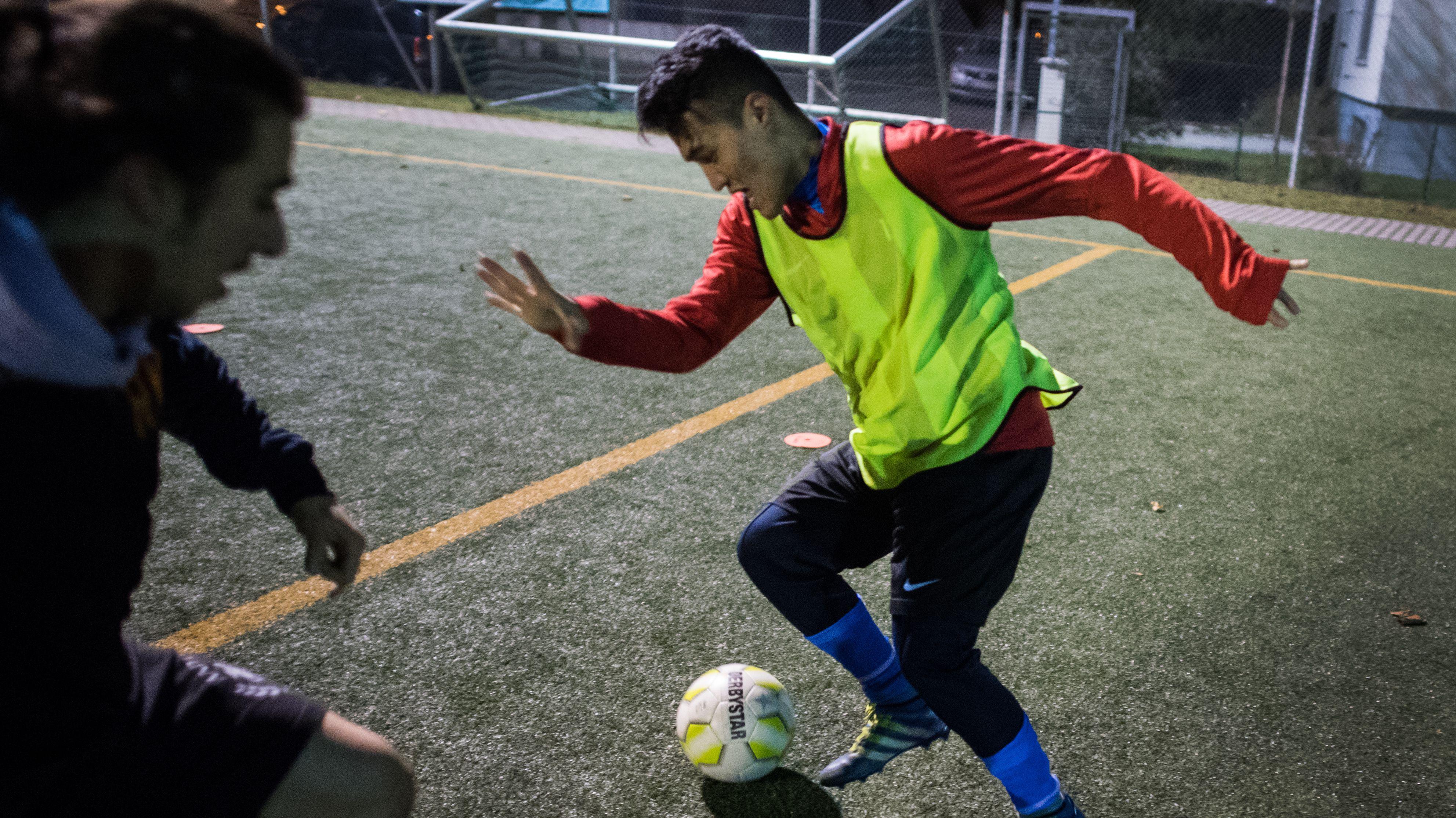 Ein Geflüchteter beim Fußballtraining (Symbolbild)