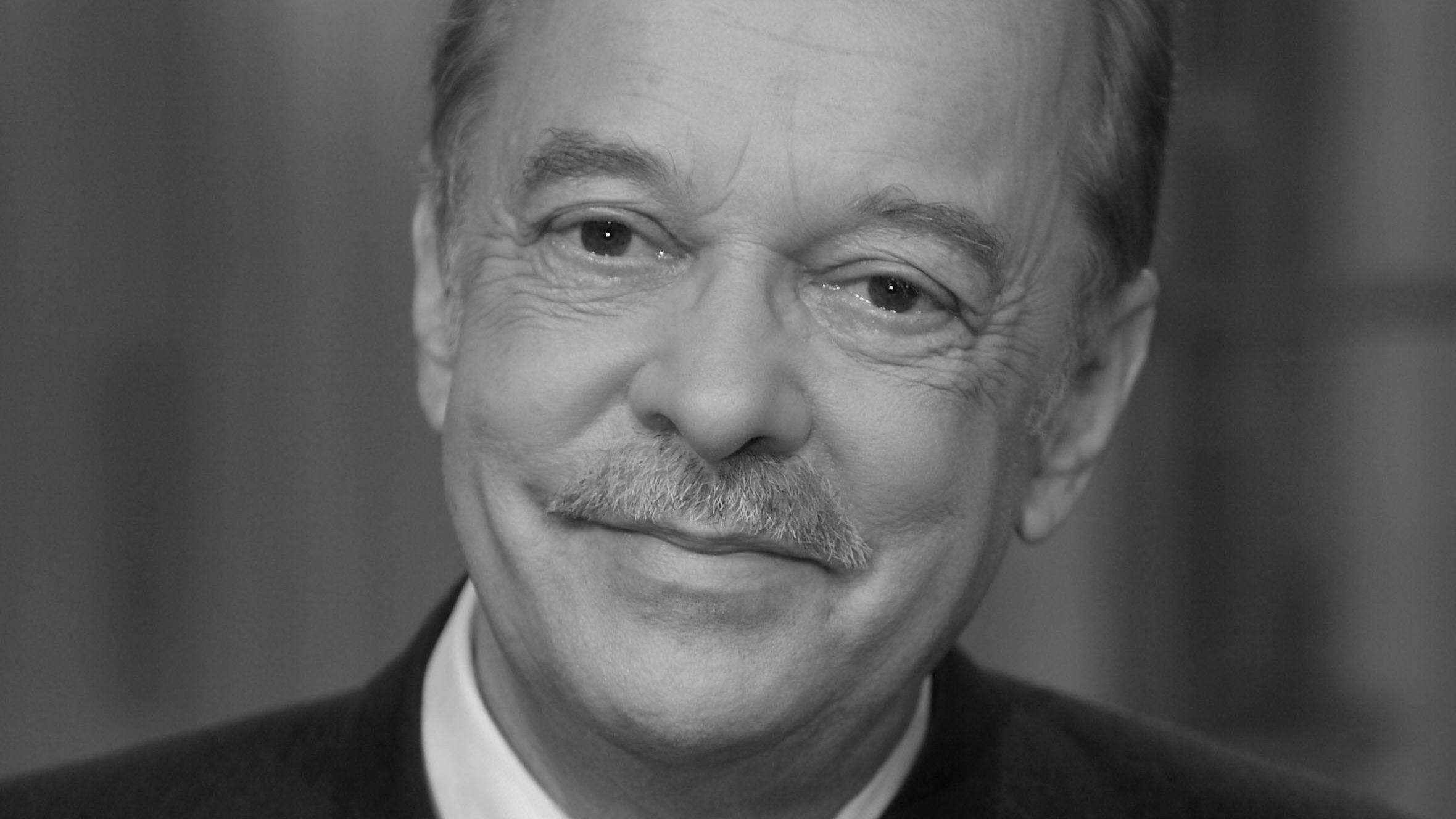 Carl Ludwig Fuchs blickt lächelnd in die Kamera