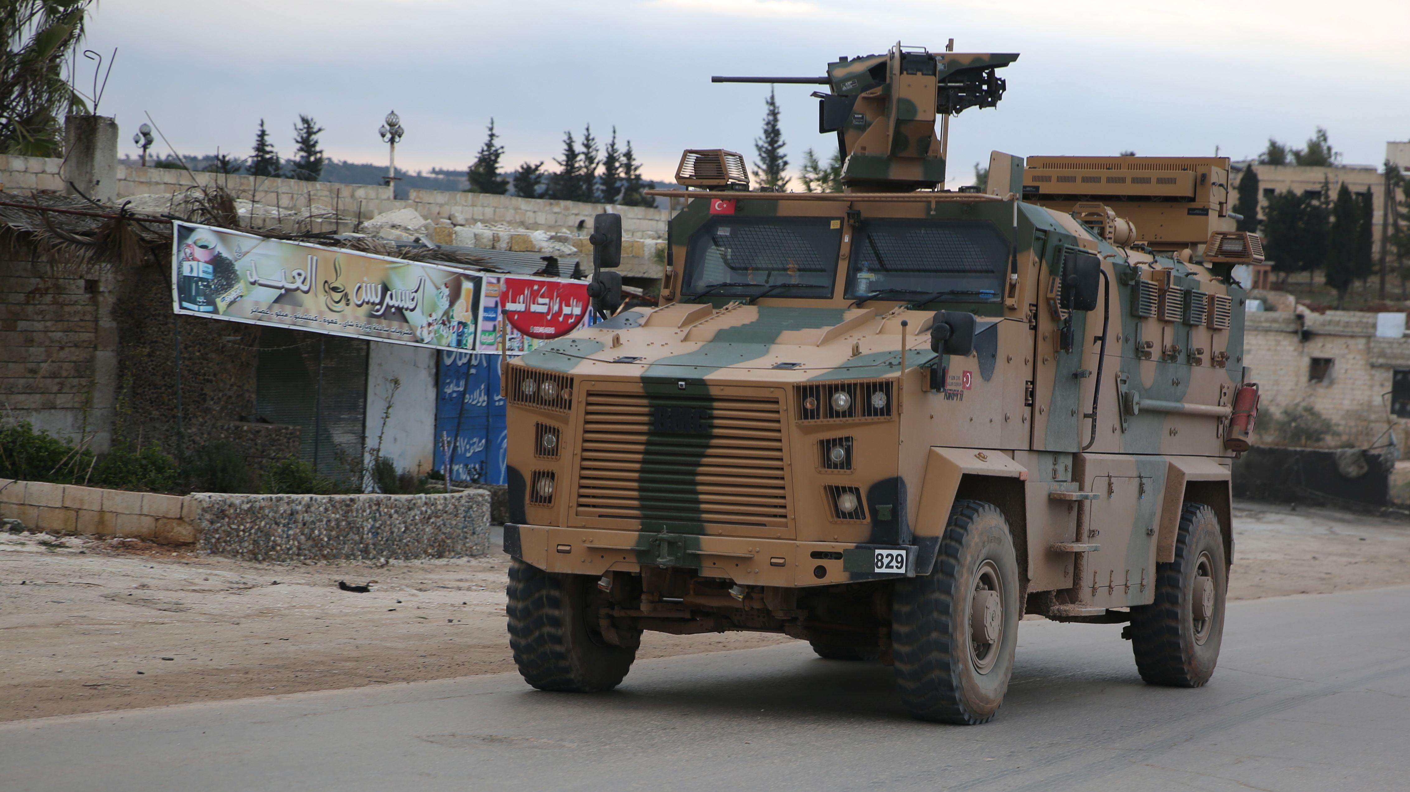Ein türkisches Militärfahrzeug fährt durch das Dorf Al-Mastumah. Mit dem Vormarsch der syrischen Armee und einer Aufrüstung der Türkei im Rebellengebiet Idlib verschärft sich die Lage