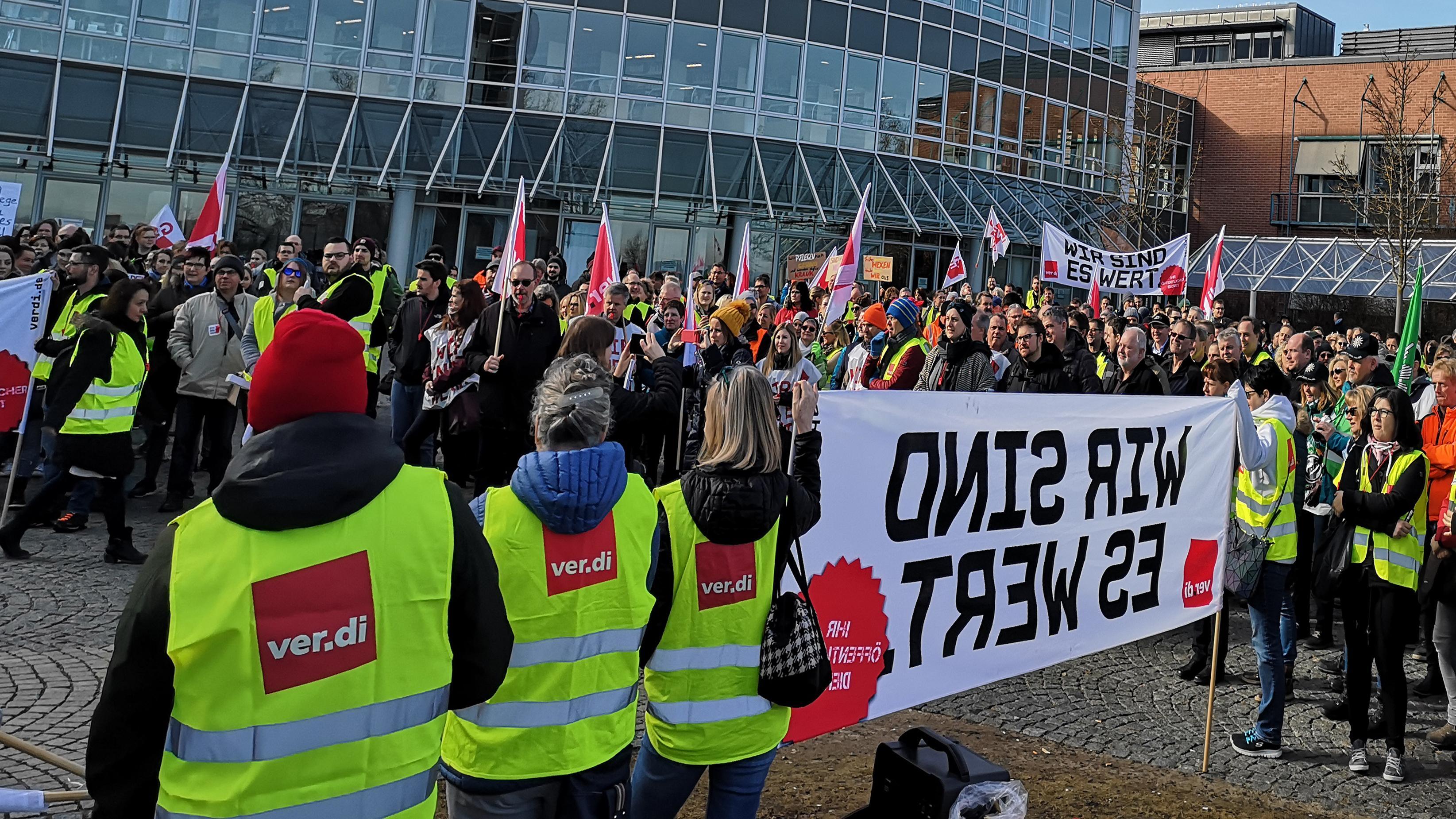 Streik-Kundgebung vor der Uniklinik in Regensburg