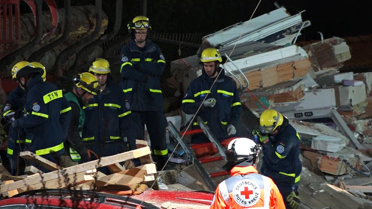 In Rettenbach ziehen Einsatzkräfte Toten aus Trümmern