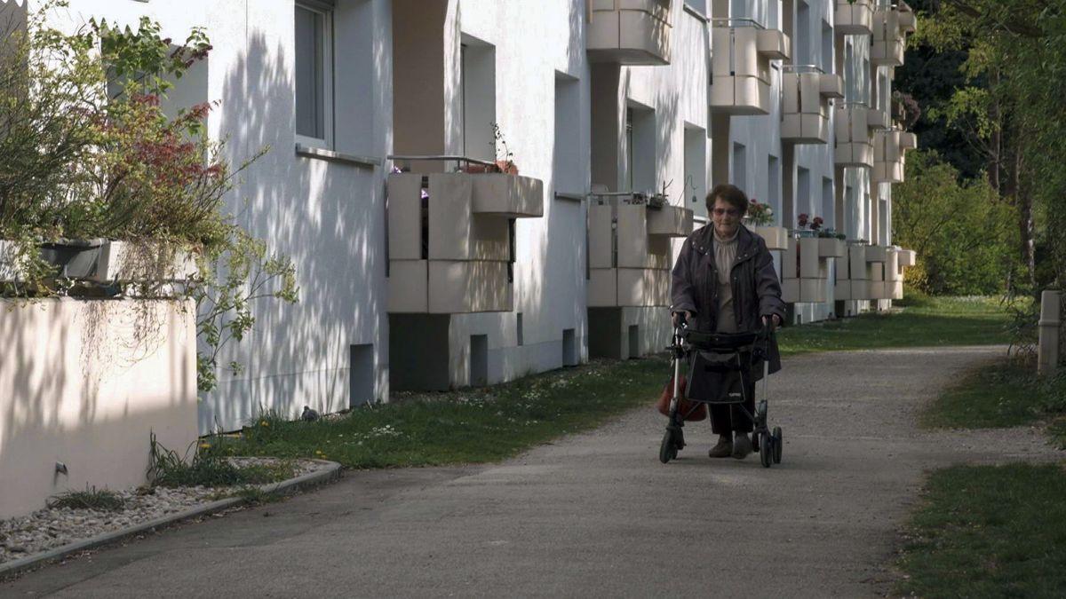 Ältere Frau geht mit Rollator spazieren