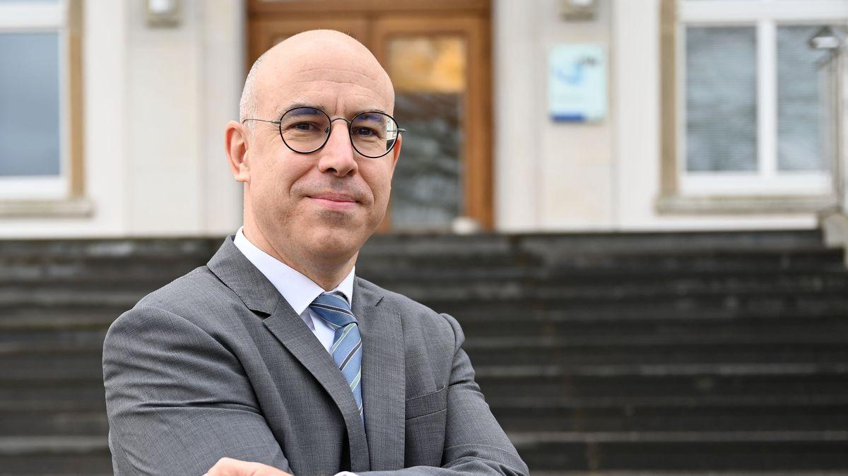 Gabriel Felbermayr, Präsident des Instituts für Weltwirtschaft, steht vor dem Gebäude an der Förde in Kiel.