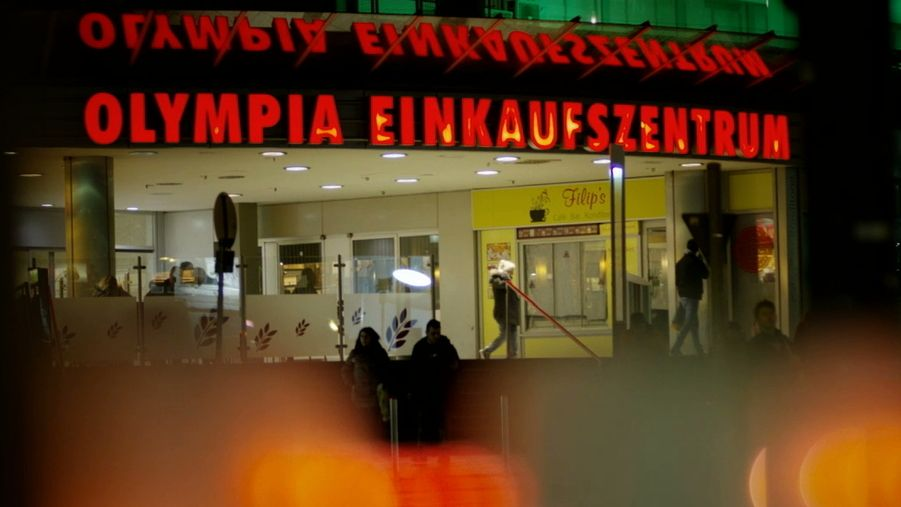 Beleuchteter Eingang des Olympiaeinkaufszentrums in München (Archivbild)