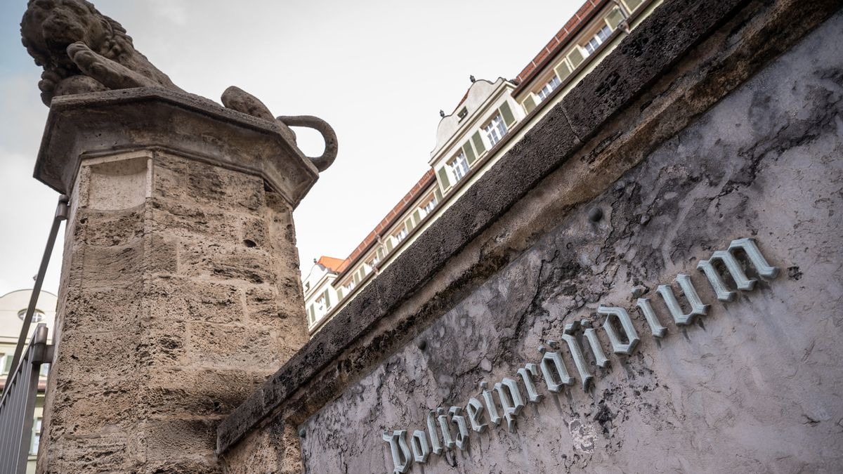 """Die Außenmauer des Münchner Polizeipräsidiums in der Innenstadt, in Großaufnahme die Aufschrift """"Polizeipräsidium"""""""