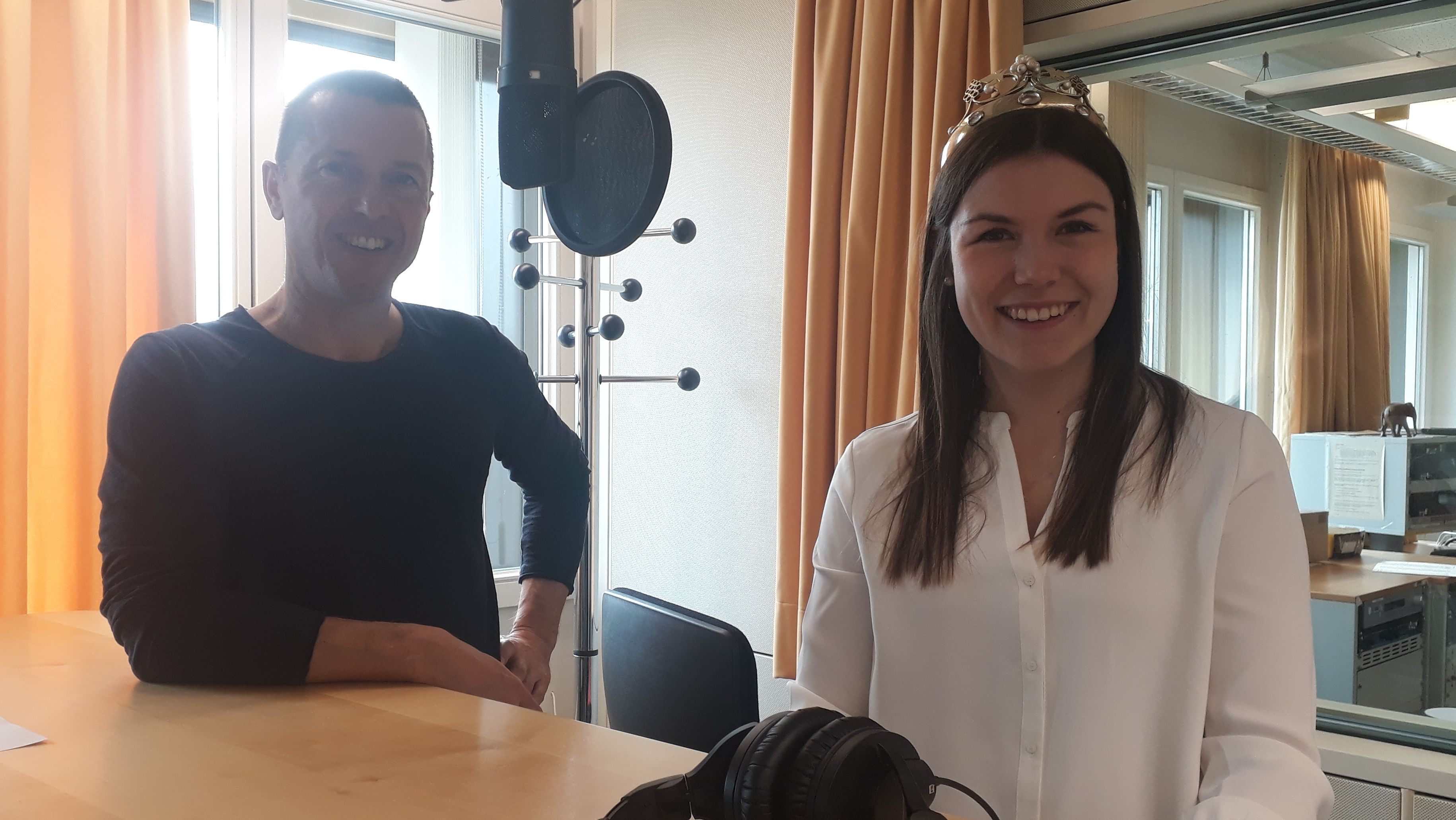 Die fränkische Weinkönigin Carolin Meyer im Gespräch mit Bayern 1 Moderator Jürgen Gläser