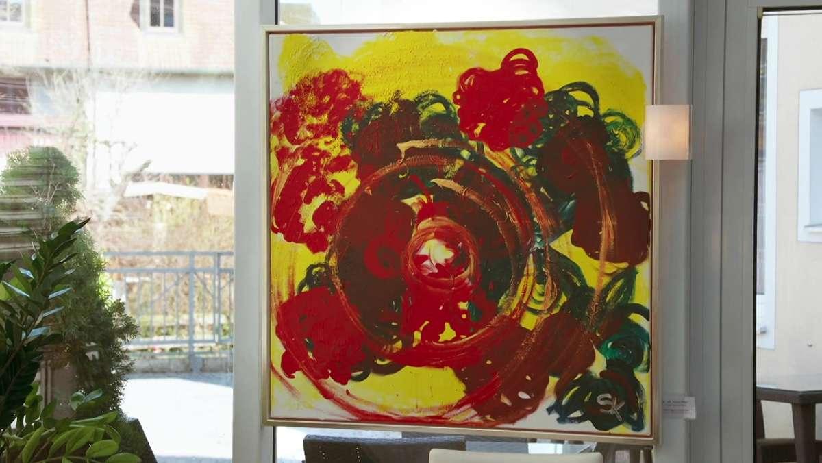 Ein Bild mit gelbem Hintergrund, abstrakte Darstellung von Blumen aus grünen und roten Mustern, im Vordergrund rötliche Kreise.