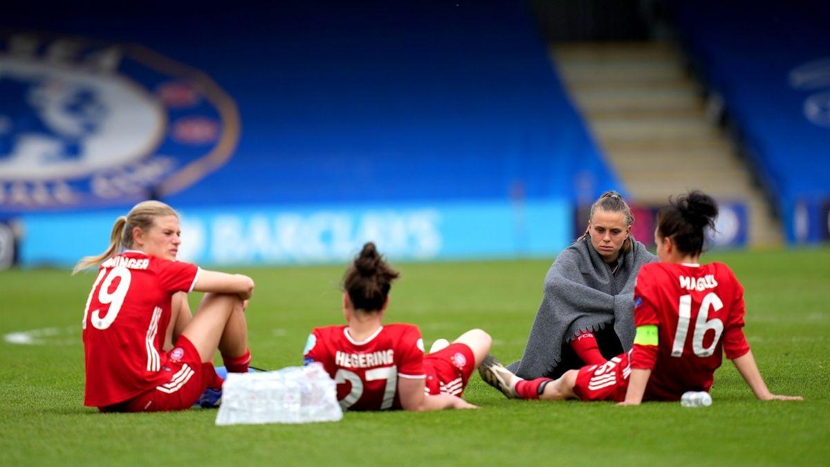 Die Bayernfrauen sitzen nach dem verpassten Finaleinzug enttäuscht auf dem Rasen.