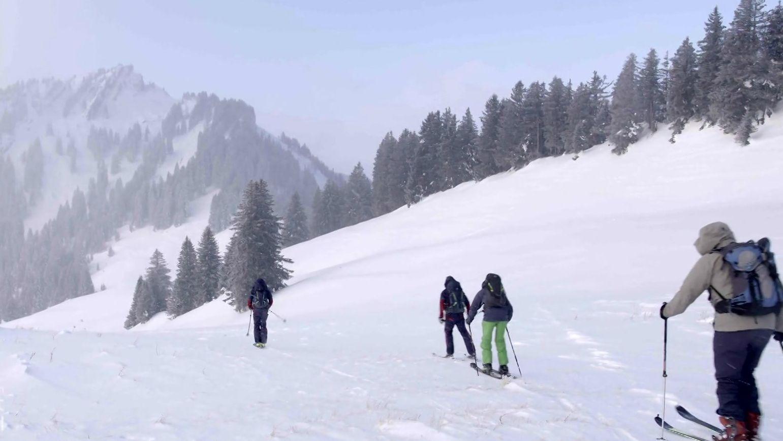 Wintersportler im verschneiten Naturpark Nagelfluhkette (Archivbild)