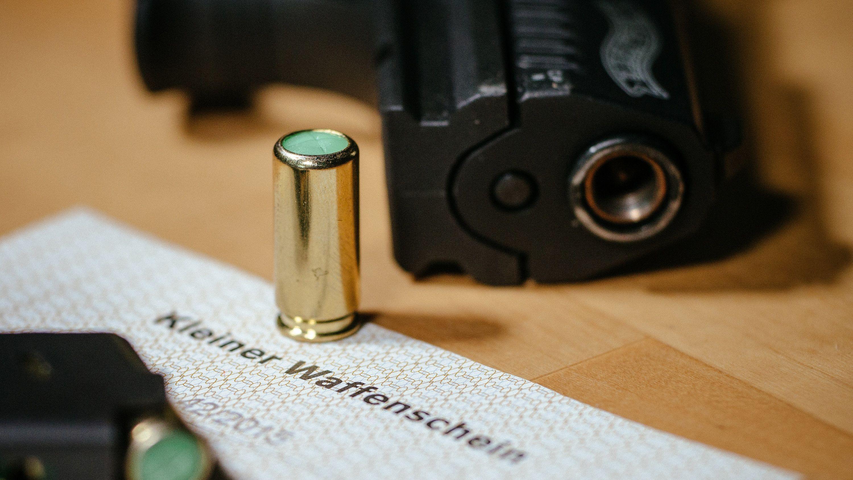 Für so eine Schreckschusspistole benötigt man den kleinen Waffenschein.