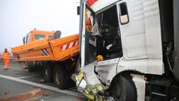 Die Führerkabine eines Lastwagens, der auf eine orangefarbenes Baustellenfahrzeug aufgefahren ist, ist schwer beschädigt.    Bild:News5/Fricke